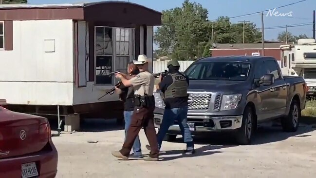 Police storm Texas bar after gunmen fight state's lockdown