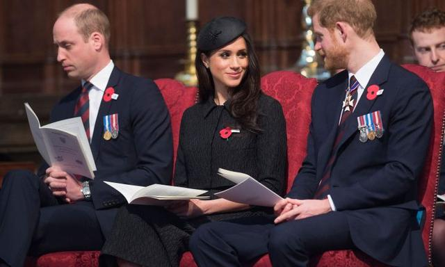TOPSHOT - Britain's Prince Harry (R), his US fiancee Meghan Markle (C), and Britain's Prince William, Duke of Cambridge, attend a service of commemoration and thanksgiving to mark Anzac Day in Westminster Abbey in London on April 25, 2018. Anzac Day marks the anniversary of the first major military action fought by Australian and New Zealand forces during the First World War. The Australian and New Zealand Army Corps (ANZAC) landed at Gallipoli in Turkey during World War I. / AFP PHOTO / POOL / Eddie MULHOLLAND