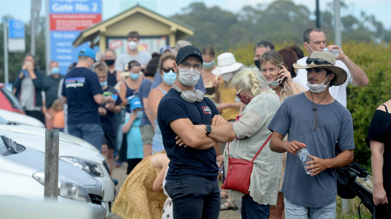 Northern beaches residents line up at Mona Vale Hospital for a COVID-19 test. Picture: NCA NewsWire / Jeremy Piper