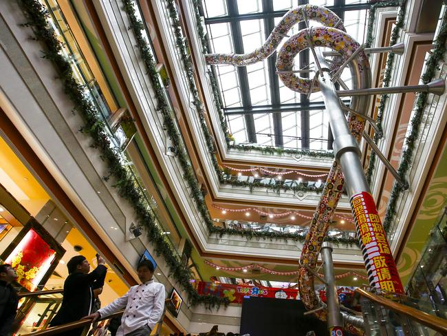 The dragon-shaped chute at Printemps department store is made of stainless steel and will be free of charge.