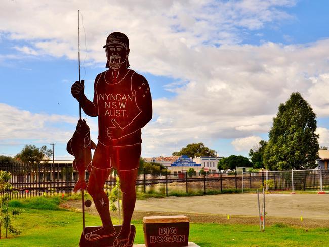 20/60Where to find some big things … Big Prawn (Ballina, NSW), Big Pineapple (Woombye, QLD), Big Lobster (Rosetown, SA), Big Cigar (Churchill, VIC), Big Bogan (Nyngan, NSW).