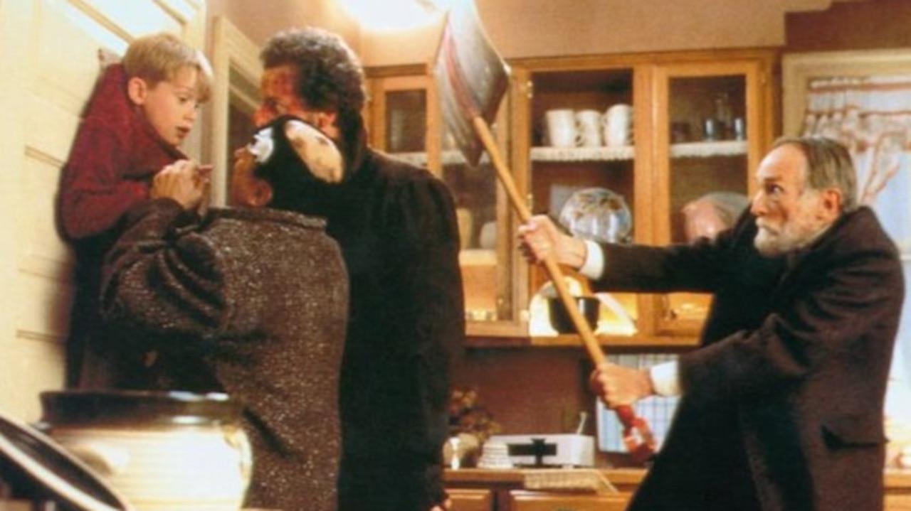 Macaulay Culkin, Joe Pesci, Daniel Stern and Roberts Blossom in Home Alone.