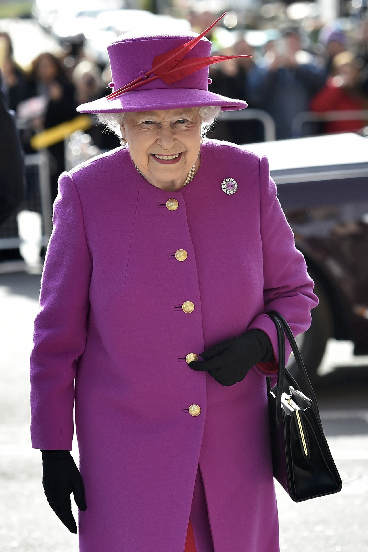 5 fascinating facts about The Queen's handbag habits