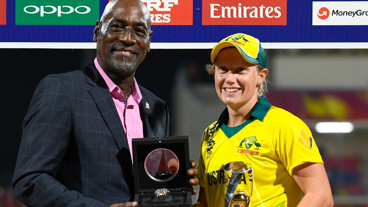 Alyssa Healy receives the player of the series award from Sir Vivian Richards at the end of the ICC Women's World T20.