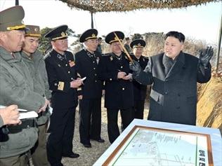 North Korean leader Kim Jong-un (R)