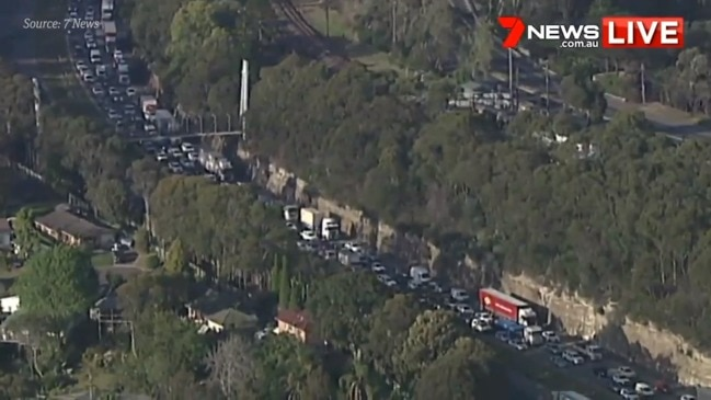 M1 Motorway backed up after serious crash (7 News)