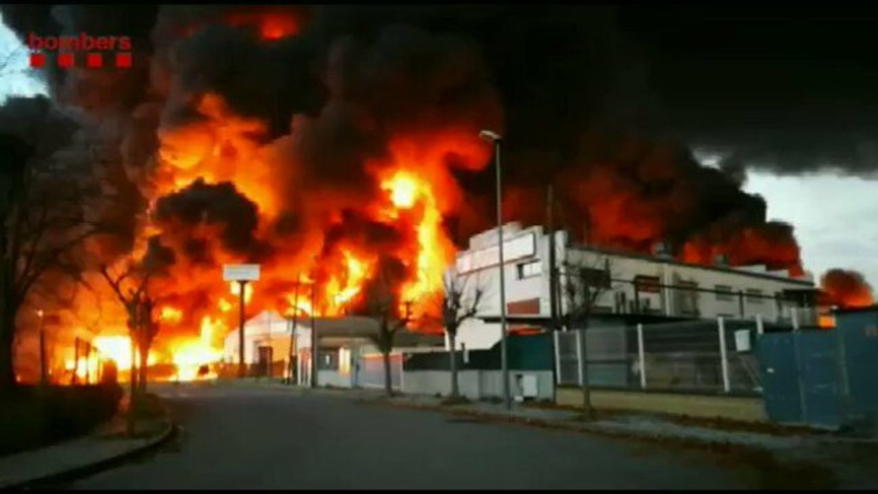 Huge Flames Greet Firefighters at Waste Facility North of Barcelona