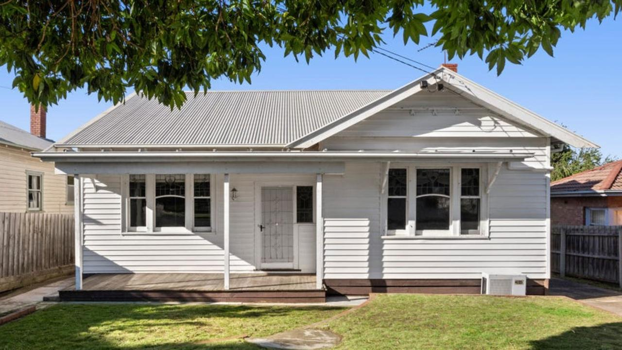 156 Minerva Rd, Manifold Heights sold for $835,000 at auction.