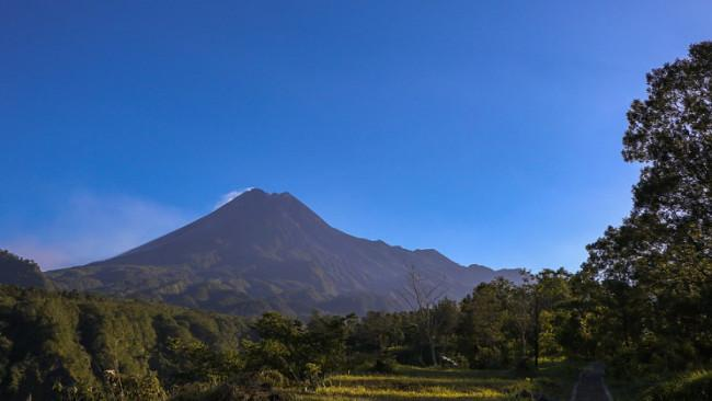 9/9Mount Merapi, Indonesia No volcano is believed to have produced more lava flow than Indonesia's Mount Merapi. In October of 2010, a high-alert was raised for people living in the surrounding areas. Lava erupted from its southern slopes, eventually causing the deaths of around 350 people and left many in the surrounding population homeless.