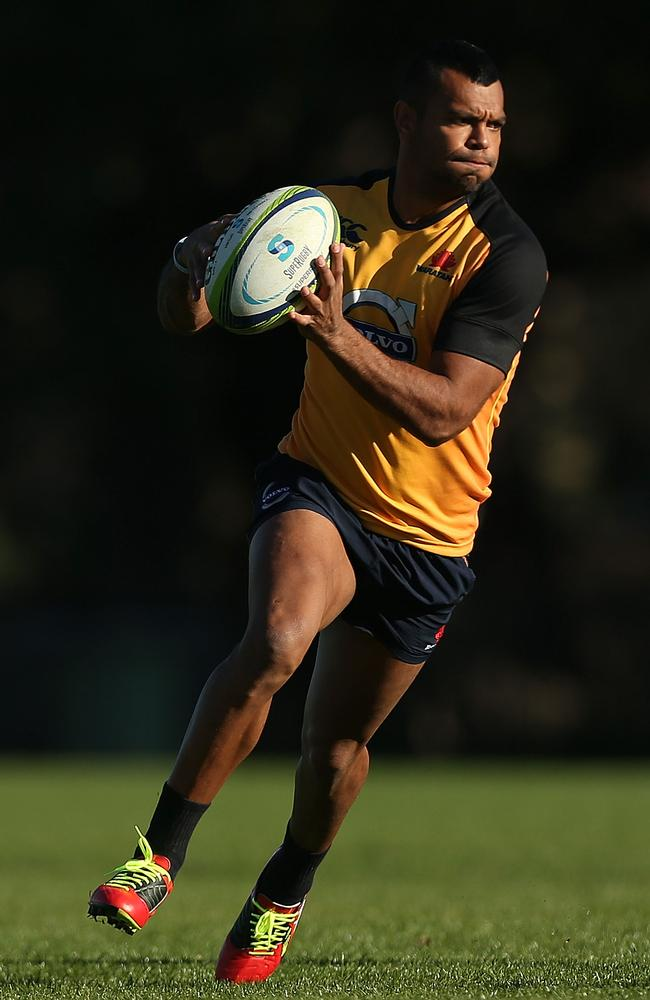 Kurtley Beale looks to pass during a Waratahs Super Rugby training session.