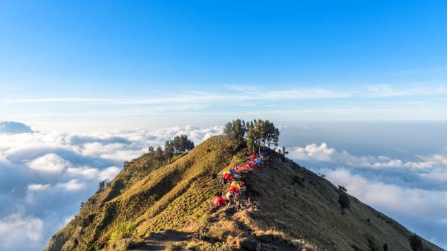 How to see Mount Rinjani Hiking and mountaineering is a popular way to see Mount Rinjani. There are three or four-day hikes with camping overnight from the north Lombok village of Senaru to the crater rim, to the crater lake and finishing at the village of Sembalun Lawang.As always, check out the conditions before you lock anything in.