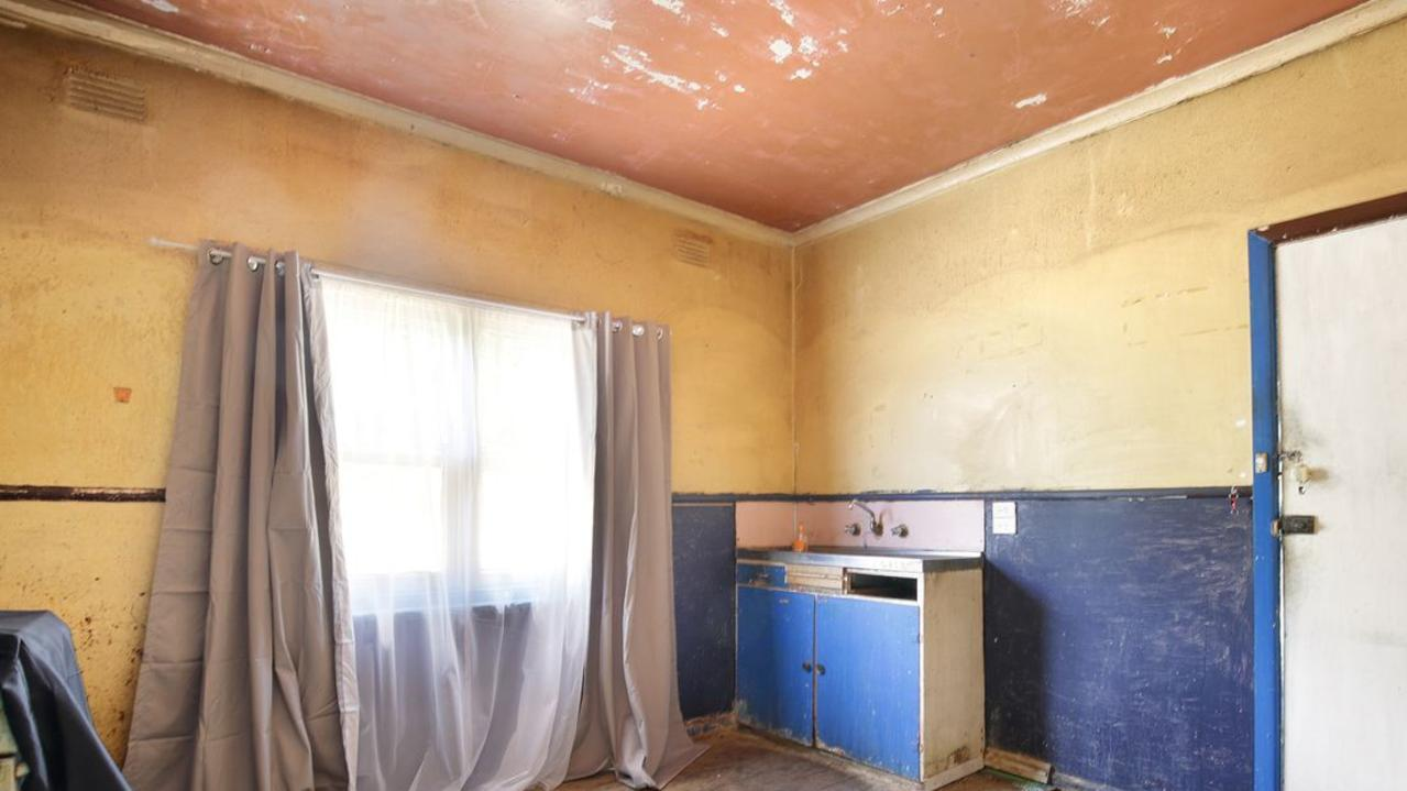 The existing kitchen at 9 Rotherham St, Belmont.