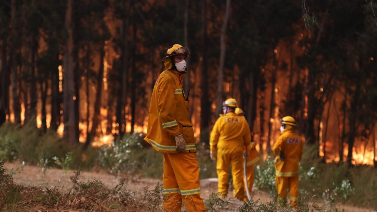 Residents in Vic told to 'leave now' as 'catastrophic' bushfire conditions take hold