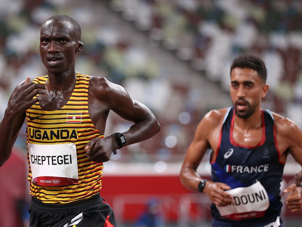 Morhad Amdouni behind Joshua Cheptegei in the 10,000m race.
