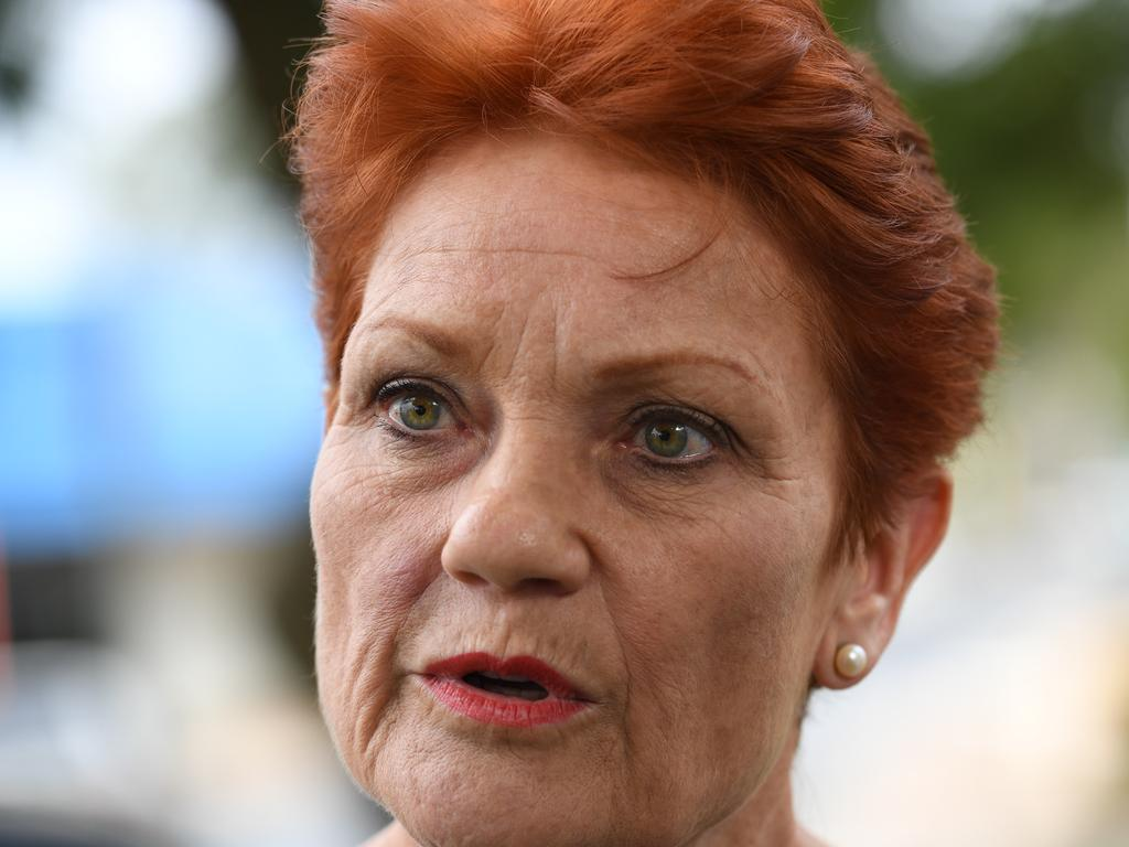 NEWS2019ELECTION 15/4/2019. DAY 5  One Nation's Pauline Hanson Campaigning in regional South Australia - Loxton, Berri and Remark today. Pauline Hanson on the campaign trail in Berri with her COS James Ashby and local member Jennifer Game. Tricia Watkinson