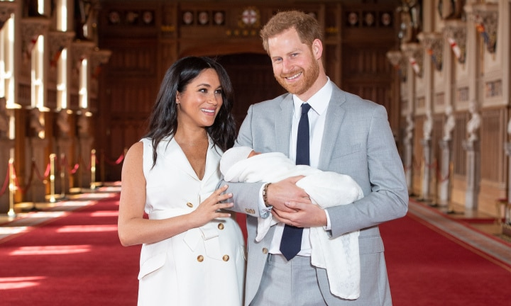 WINDSOR, ENGLAND - MAY 08: Prince Harry, Duke of Sussex and Meghan, Duchess of Sussex, pose with their newborn son during a photocall in St George's Hall at Windsor Castle on May 8, 2019 in Windsor, England. The Duchess of Sussex gave birth at 05:26 on Monday 06 May, 2019. (Photo by Dominic Lipinski - WPA Pool/Getty Images) ***BESTPIX***