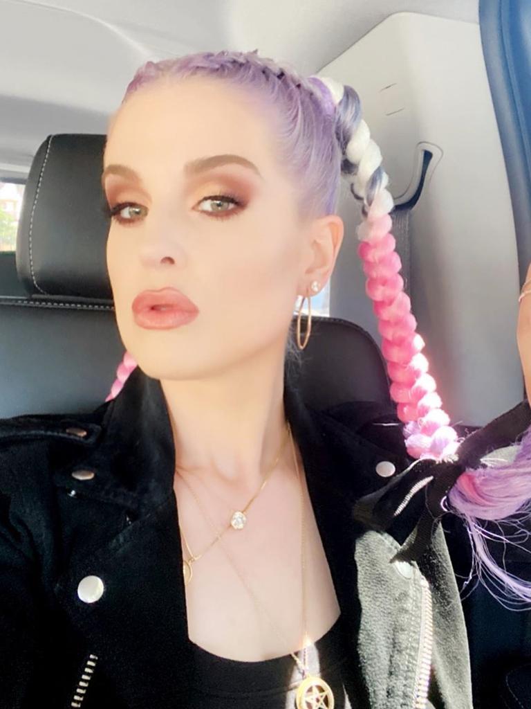 Kelly Osbourne showing off her pink hair.
